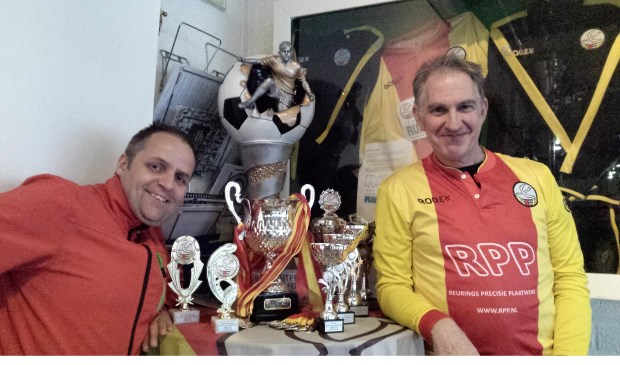 Organisatoren Michel Koreneef, en in de bekende rood-gele clubkleuren gestoken René Jansen. (foto Delft op Zondag)