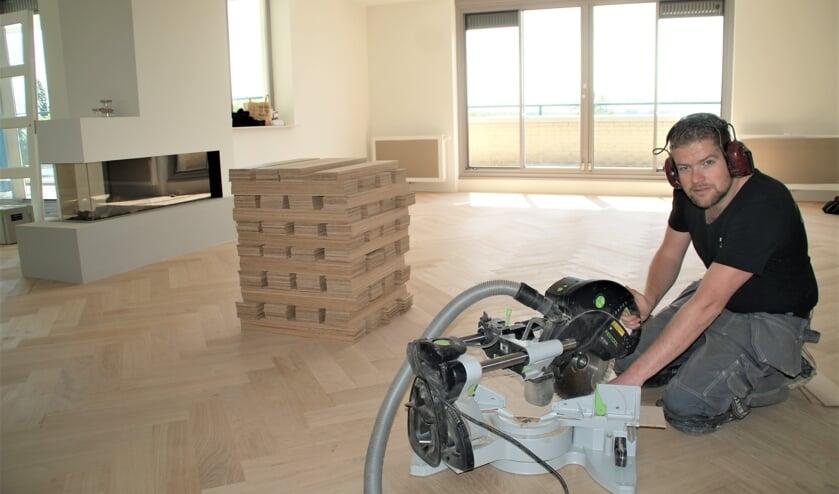 René Dijkgraaf met de zaagmachine aan het werk.