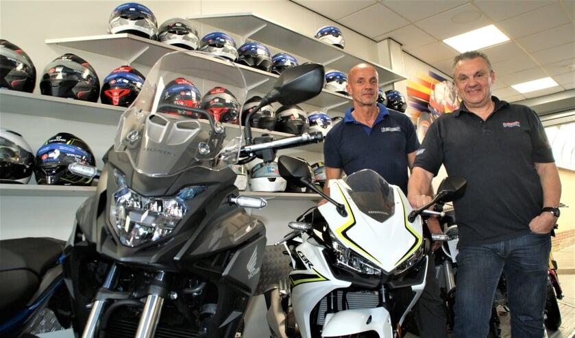 Eric en Ab in de showroom van Overkamp Motors.