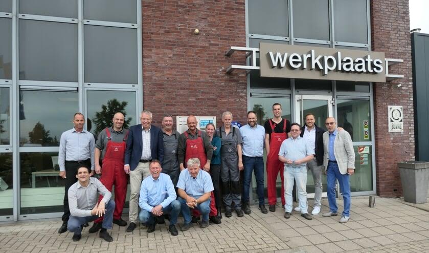 Medewerkers van Motorhuis lieten zich ter gelegenheid van het jubileum fotograferen.