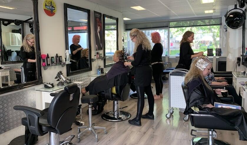 Kapsalon Vera is de enige 5-sterren kapsalon voor het knippen van curlsys volgens de methode van Brian McLean.(Foto: Koos Bommelé)