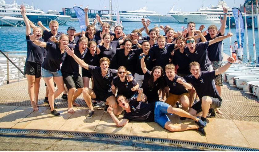 Het team van de Solar Boat TU Delft viert de overwinning van de race op open zee