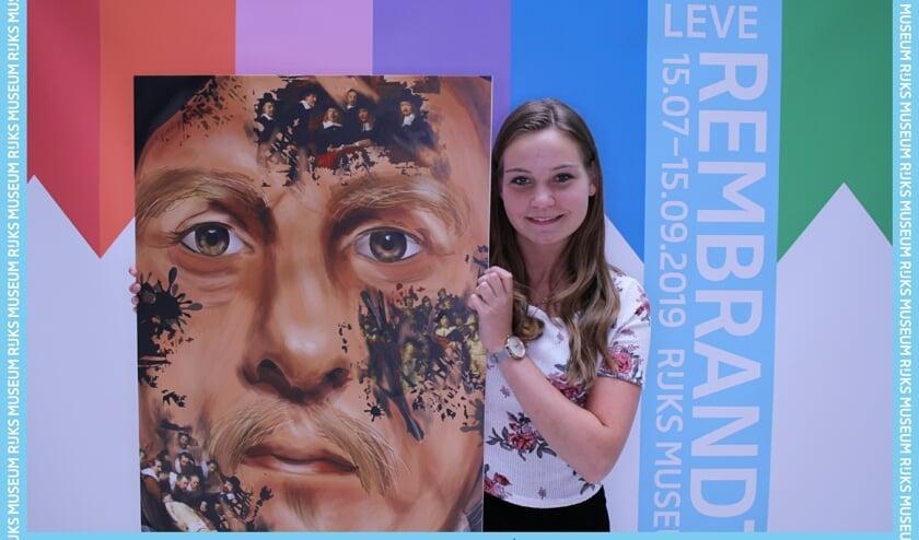 De zeventienjarige Fleur ter Horst bij haar portret in het Rijksmuseum.