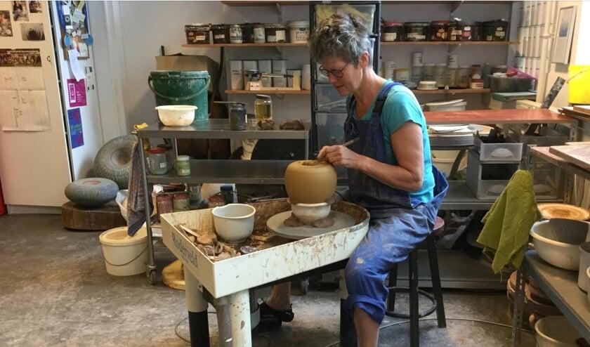 Ellen Rijsdorp aan het werk in haar atelier in Bacinol.