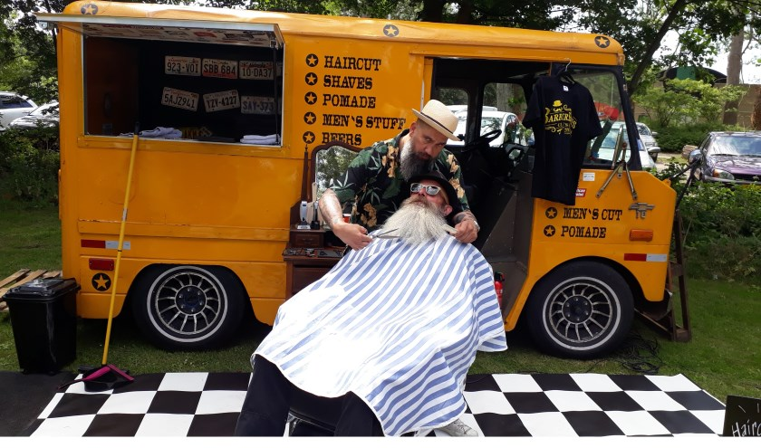 Barbier Reinier was met zijn Barberbus aanwezig om iedereen een frisse coupe aan te meten (Foto: RSAJ)