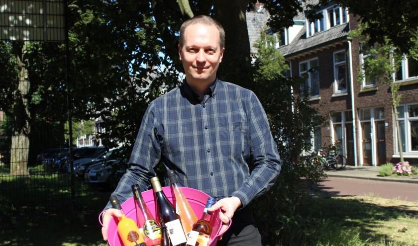 Bart Kooiman heeft allerlei lekkere zomerdranken in huis. (Foto: EvE)