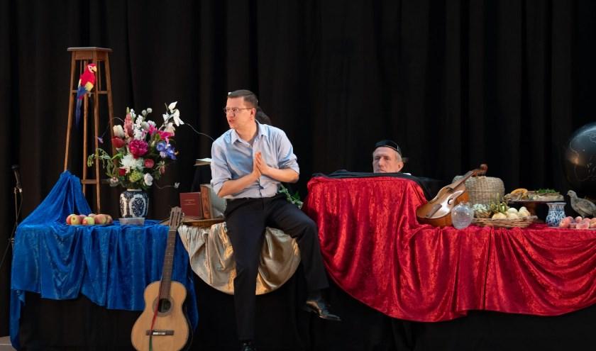 Mark Rutte in conclaaf met het hoofd van Johan van Oldenbarneveldt tijdens RIJK (Foto: Dennis Herman)