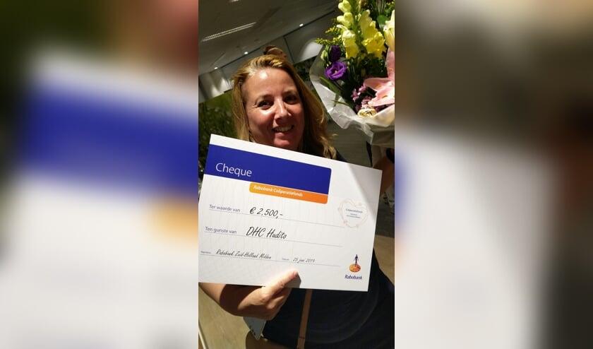 Nienke is blij met de cheque van Rabobank
