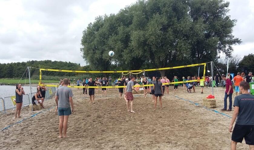 Gezellige drukte bij het volleyballen langs de Dobbeplas.