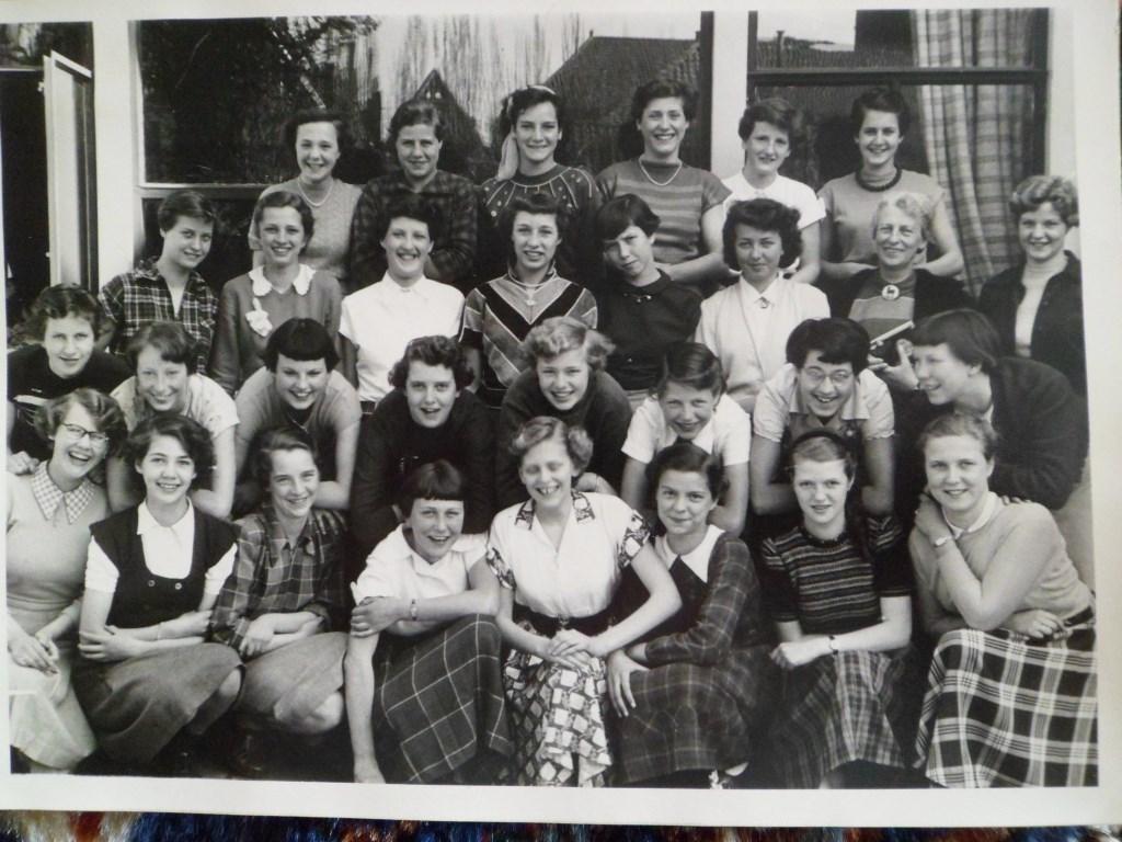 Een klassenfoto van de meiden van de Antonius-mulo uit 1953  © RODI Media-zh