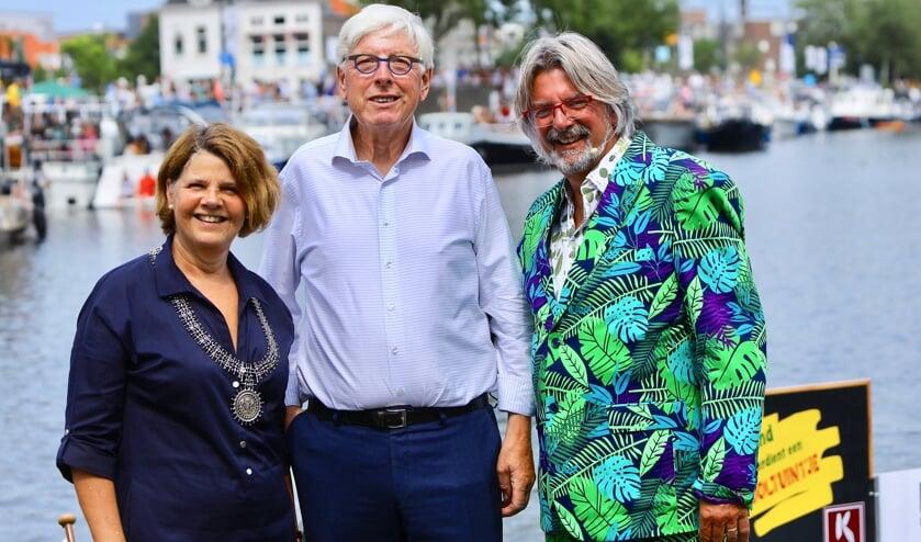 Leo Quack tijdens het Varend Corso met zijn dagcollega en Rob Baan, voorzitter van het Corso (Foto: Koos Bommelé)