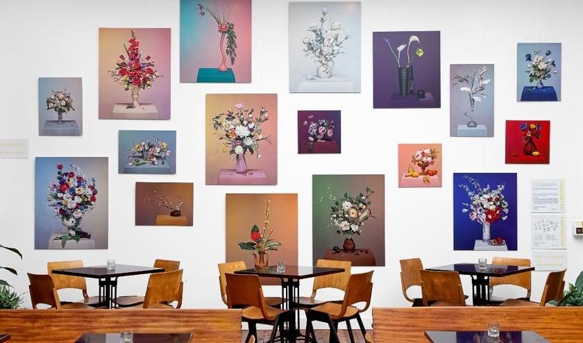 De kunstmuur met werken van Jacqueline Louter in de Salon van Huszár
