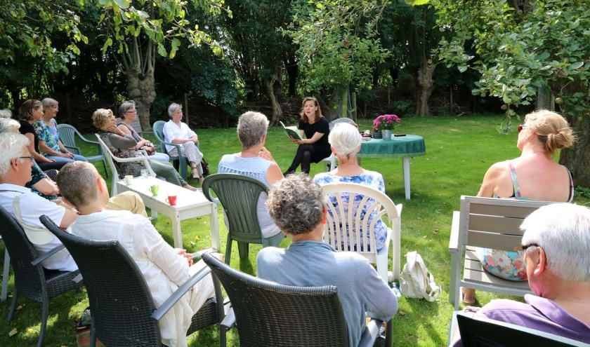 Heerlijk in de buitenlucht luisteren naar gerenommeerde dichters (Foto: Henk Groenendaal)