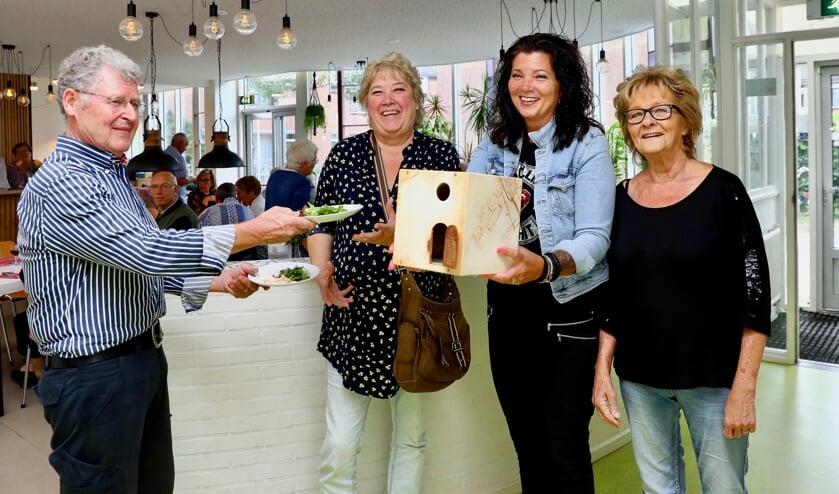 Gelijk oversteken: Leo van der Lee met Joke Berkien, Angelique Hendriks en Els van Heijenoort van Speeltuin Geerweg (Foto: Koos Bommelé)