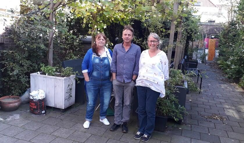 Marian Ruijgers, Remco Melles en Marie-Jet Eckebus in de tuin van het Rietveld Theater (Foto: RSAJ)