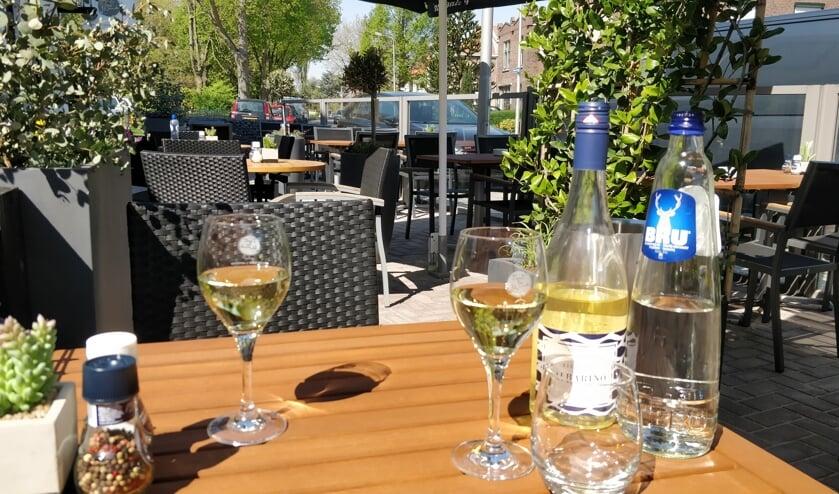 Het is heerlijk toeven op het terras van Tout  le Monde in Pijnacker.