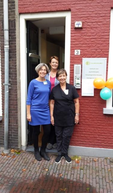 v.l.n.r. Madelon Sinnige (haptonomie), Esther Hasselman (zelfcompassie) en Marian Damhuijser (massagetherapeut). (Foto: PR)