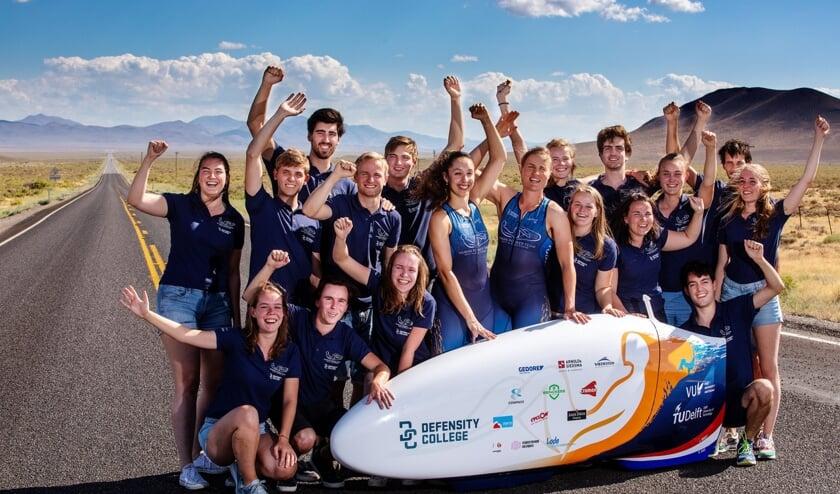 Het Human Power Team Delft en Amsterdam, vieren de verbreking van het wereldrecord in Battle Mountain