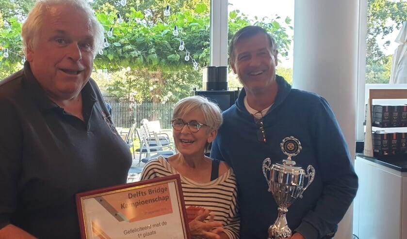 De winnaars Gert Olsder en Hein van Dort met wethouder Karin Schrederhof