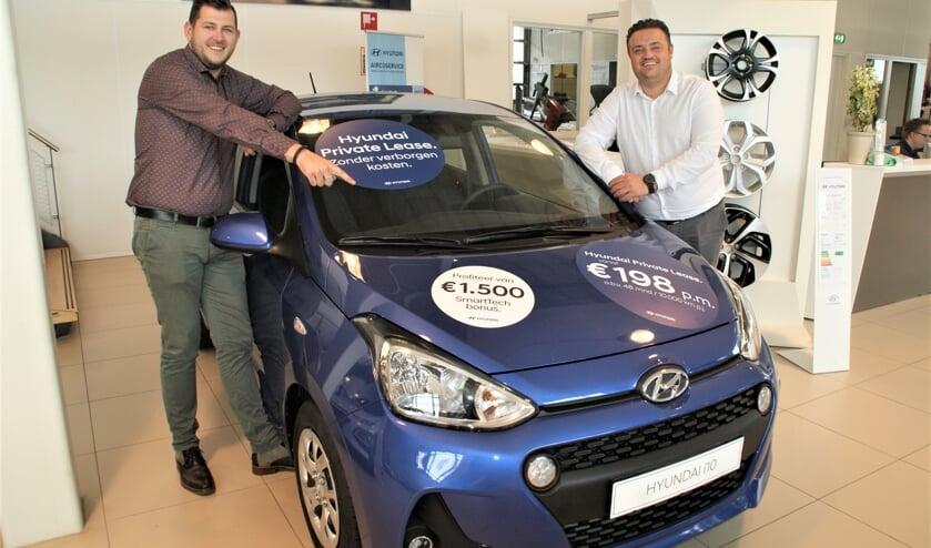 De verkoopadviseurs Didier van Unen (links) en Mike Arends bij de Hyundai i10 met SmartTech Bonus.