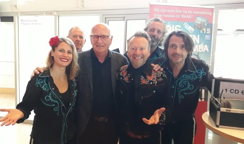 Joris Linssen trad met zijn band Caramba op tijdens de ledendagen van De Laatste Eer. Voorzitter Paul de Bree (3e van links) genoot mee.