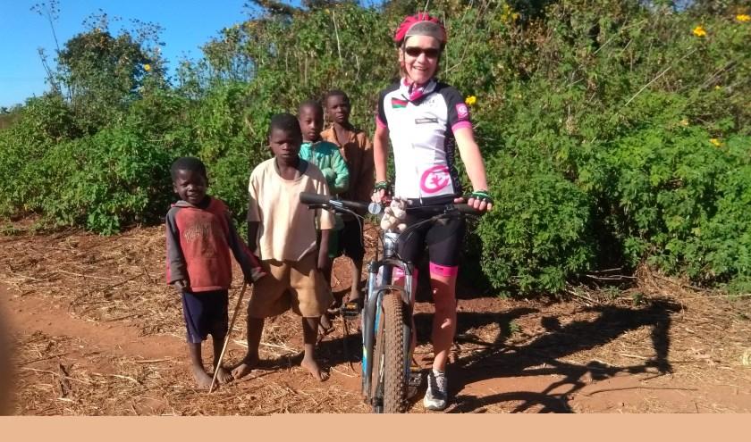 Marleen Cremers met een paar Rwandese kinderen