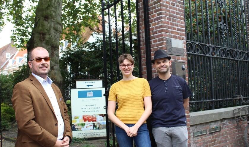 Roy Snuverink (l) , secretaris van ICT-Kring Delft met Zorg op Orde directeuren Sietske Helder en Reinier Zwitserloot . (Foto: EvE)