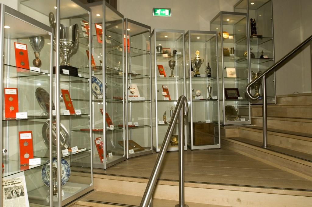 Het gewonnen zilverwerk staat te pronken in het Sparta museum  © RODI Media-zh