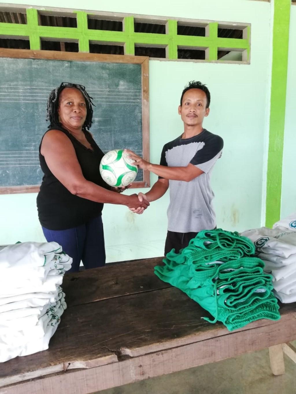Lorette krijgt een voetbal als dank voor de tenues  © RODI Media-zh