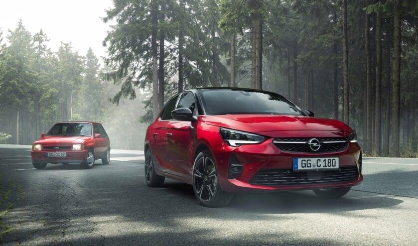 De nieuwe Opel Corsa GS Line, met daarachter zijn iconische voorvader: Opel Corsa A GSi.