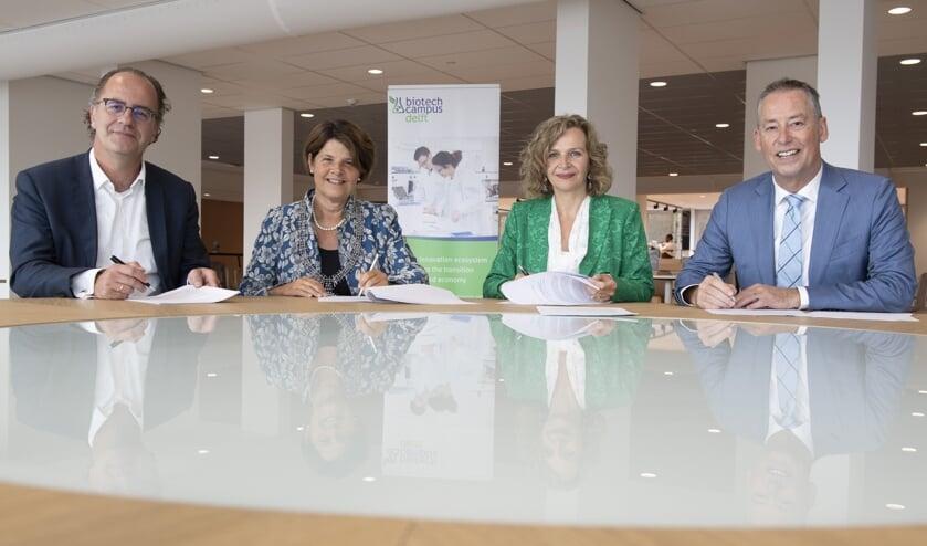 Rinke Zonneveld, Marja van Bijsterveldt, Edith Schippers en Tim van der Hagen ondertekenen de overeenkomst (Foto: Ermindo-Armino)