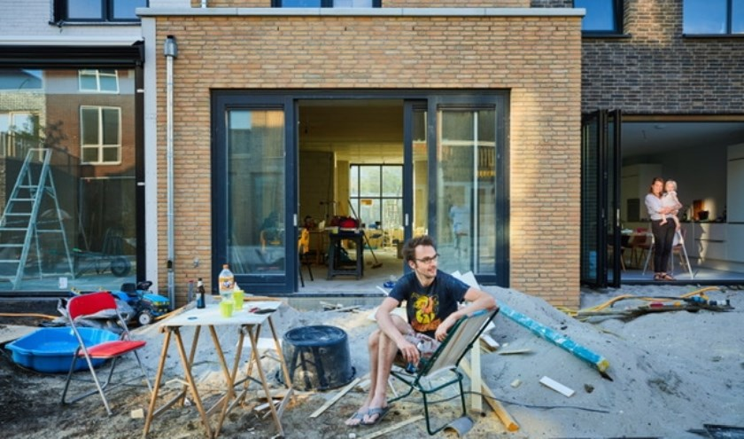Onder toeziend oog van de -zelf ook bouwende- buren aan de slag op je eigen kavel in Nieuw Delft. (foto: PR)