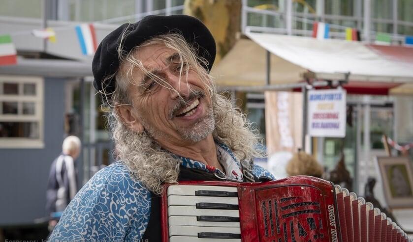 Accordeonist/entertainer Fabela Rozo is ook te zien tijdens Montmartre op het plein (Foto: Johan Gerritse)