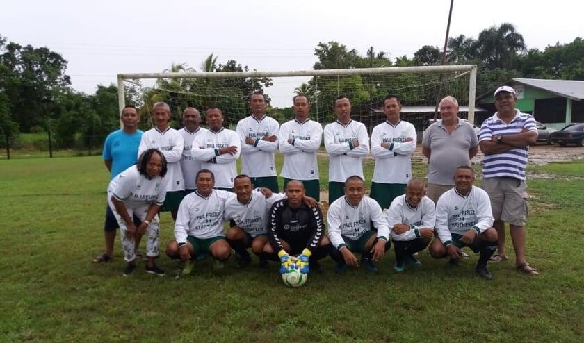 Surinaamse voetbalteams zien er weer piekfijn uit met de gedoneerde DHL-shirts. (Achterin 2e van rechts: Hans van Karssen)