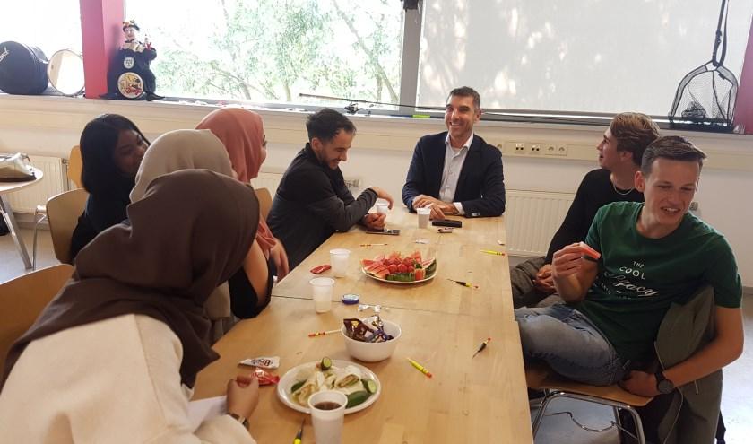 Staatssecretaris van VWS, Paul Blokhuis, in gesprek met jongeren bij De Border