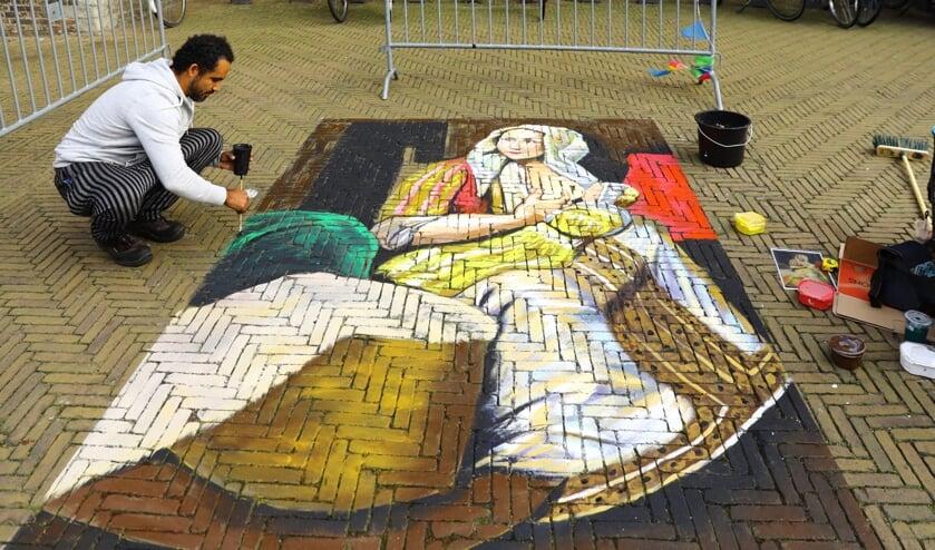 Een kunstenaar aan het werk tijdens het Madonnari Festival