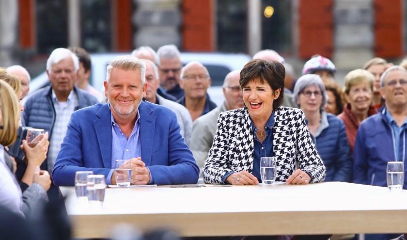 Presentatoren Sybrand en Martine genoten ook op het Delftse marktplein