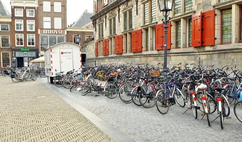Naast het Stadhuis is dagelijks een overschot aan fietsen die buiten de rekken zijn geplaatst te vinden  (Foto: Koos Bommelé)