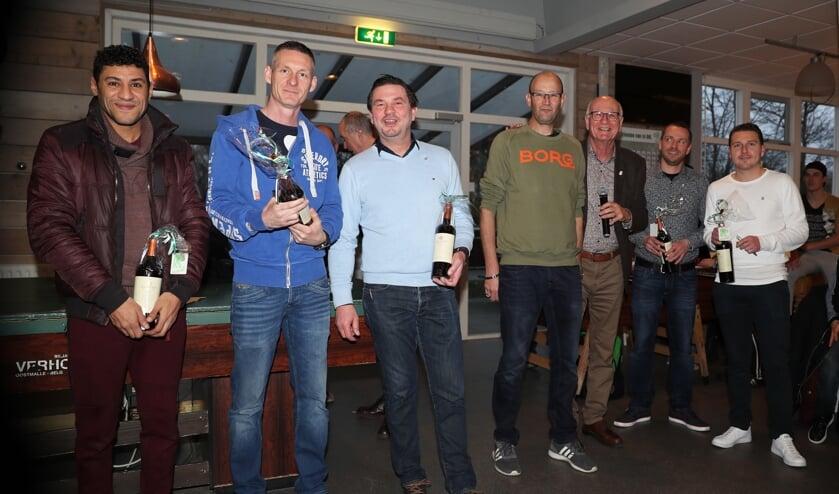 De jubilarissen op rij, samen met voorzitter Paul de Bree (3e van rechts) Foto: Aad van der Knaap