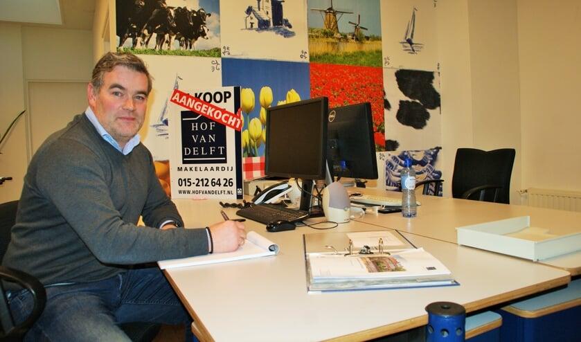 Aram Boonstoppel aan het werk in het kantoor aan de Wateringsevest.