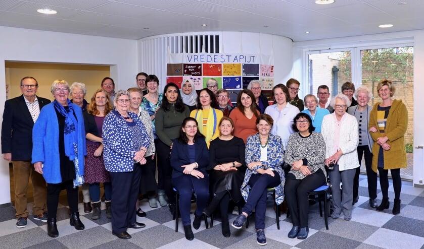 De Wereldparels, samen met burgemeester Marja van Bijsterveldt en de ouderen van het Apostolisch Genootschap (Foto: Koos Bommelé)