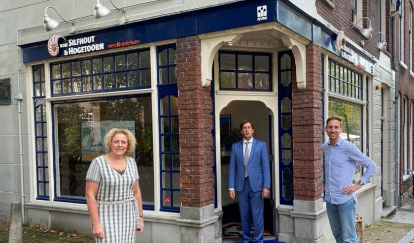 <p>Lisette, Jeroen en Rens voor het kantoor op de hoek van de Boterbrug<br>en de Oude Delft.</p>