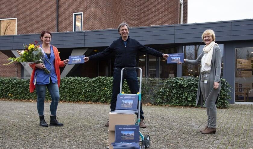 <p>Jo&euml;lle Piguillet en Lydi Brouwer van De Bieslandhof ontvangen de boeken van Herman Zonderland (Foto: Aad Derwort)&nbsp;</p>