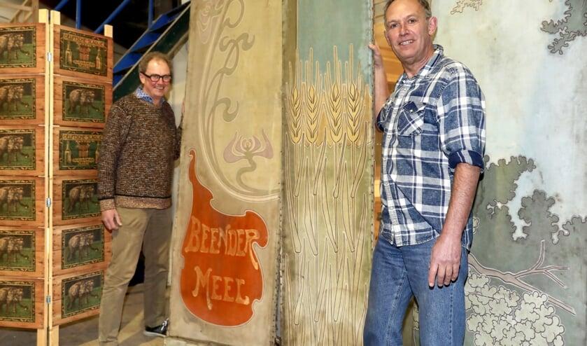 <p>Rob Trompper en Marcel van Dien met de 120 jaar oude panelen (Foto: Koos Bommel&eacute;)</p>
