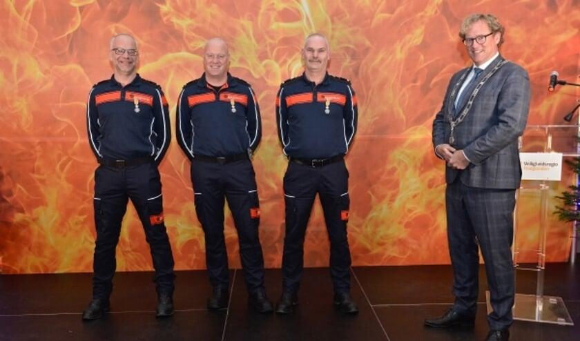 Gedecoreerden Schipluiden vlnr Marcel Groot, Maarten van Dijk, Johan Oosthoek, burgemeester