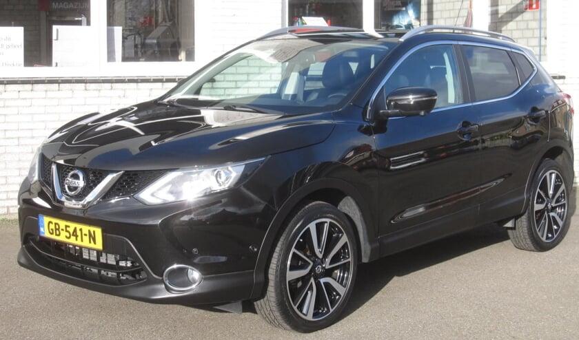 De zwart-metallic vijfdeurs SUV van Nissan als Top Occasion bij Auto Ruiter.
