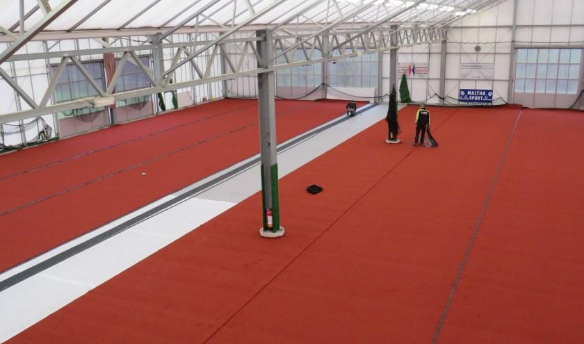 Er wordt aan de indoor tennisbaan van Tennisschool Koos Heiligers gewerkt
