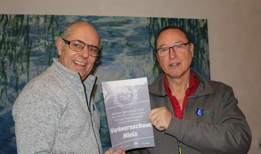 Henk (l) en Leo zijn trots op de Award, maar vooral blij met hun cursisten. (Foto: EvE)
