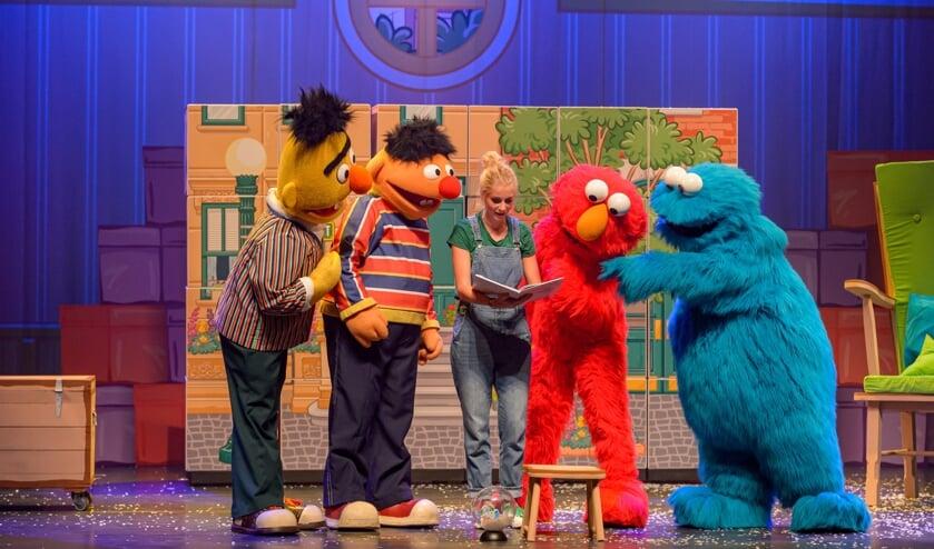 De Sesamstraatvriendjes samen met Janouk Kelderman, te zien in WestlandTheater De Naald