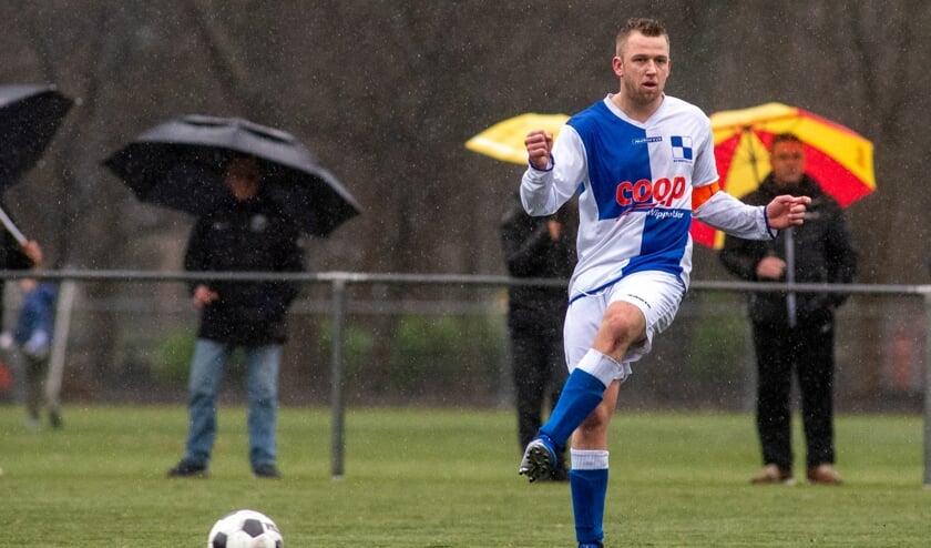 Mike Mesker, de trotse aanvoerder van Wippolder, heeft in het verleden voldoende aanbiedingen gekregen om zijn club te verlaten, maar verkiest het voetballen met zijn vrienden boven 'een paar centen'. (foto: Roel van Dorsten)